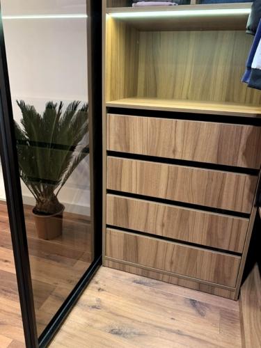 мебель под заказ сумы, interierich мебель, гардеробная под заказ сумы, шкаф со стеклянной дверью сумы, шкаф-купе сумы, гардеробная сумы