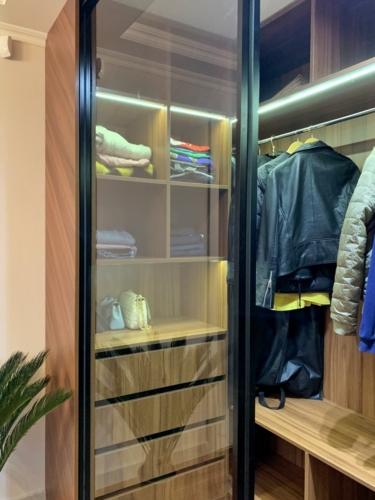 дизайнерская мебель под заказ сумы, мебель под заказ сумы, гардеробная под заказ сумы, шкаф со стеклянной дверью сумы, шкаф-купе сумы, гардеробная сумы