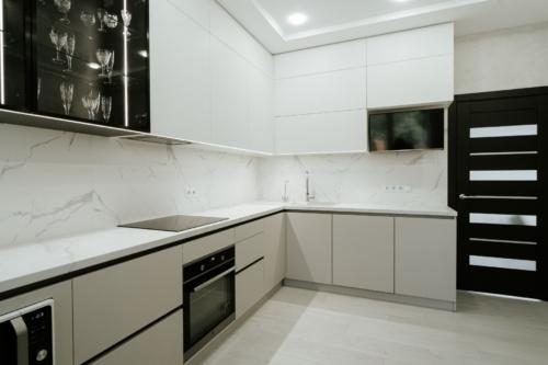 угловая кухня со стеклянными фасадами без ручек сумы под заказ