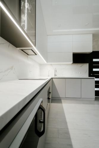 угловая кухня с акрила и стеклянным буфетом без ручек под заказ